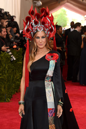 Sara Jessica Parker in H&M and Philip Treacy